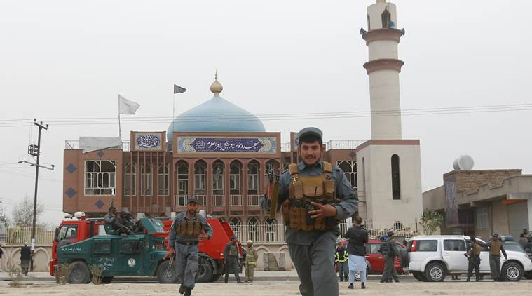 Afghan policemen arrive in front of a mosque where an explosion happened in Kabul, Afghanistan November 21, 2016. REUTERS/Omar Sobhani